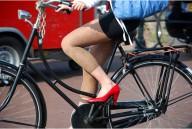 На каблуках на велосипеде