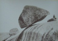 Камень Даваско повисший на краю скалы в Аргентине