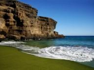 Пляж Папаколеа с зеленым песком