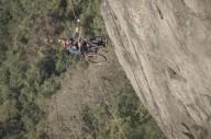 Скалолаз в инвалидном кресле поднялся на вершину скалы