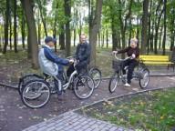 Пенсионеры на трехколесных велосипедах