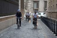 В Риме мэр пересадил телохранителей на велосипеды
