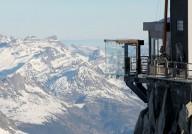 Над пропастью в Альпах установили стеклянную комнату