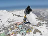 Альпинисты  на Эвересте будут обязаны убирать мусор