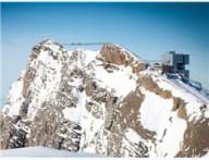 Открывают подвесной мост между горными вершинами