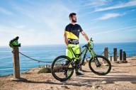 Экстремальная езда по скале на велосипеде