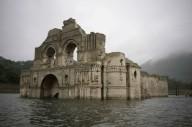 400-летняя церковь вновь появилась из воды.