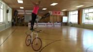 кубок EMS. Девушка выполняет трюки на велосипеде.
