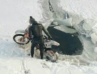 В Харькове мотоциклист-экстремал провалился под лед
