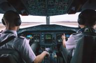 Пилот записывает ролики для пассажиров во время перелета