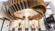 В метро Сиднея эскалатор разместили под потолком