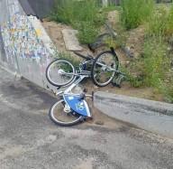 В Киеве растрощили точку проката велосипедов