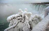 Замерзающий Ниагарский водопад привлекает туристов