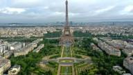 Возле Эйфелевой башни появился огромный арт-объект