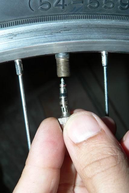 Почему на коляске спускает колесо 64